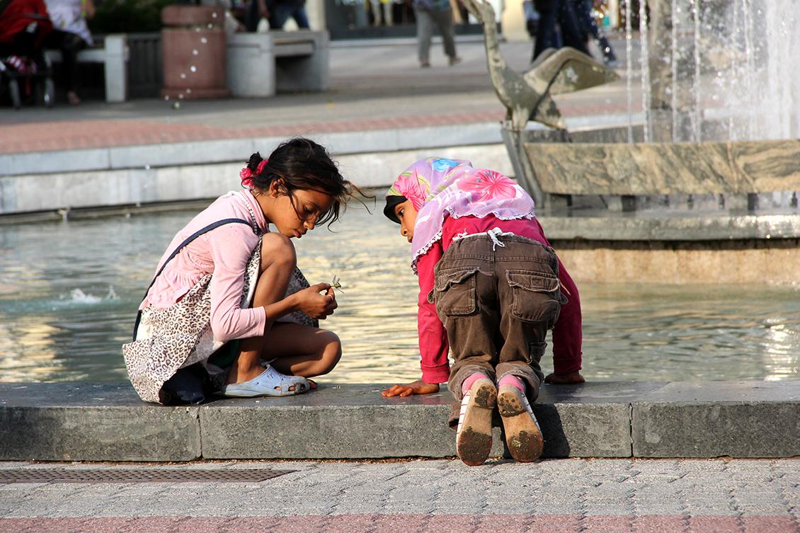 Деца край фонтана