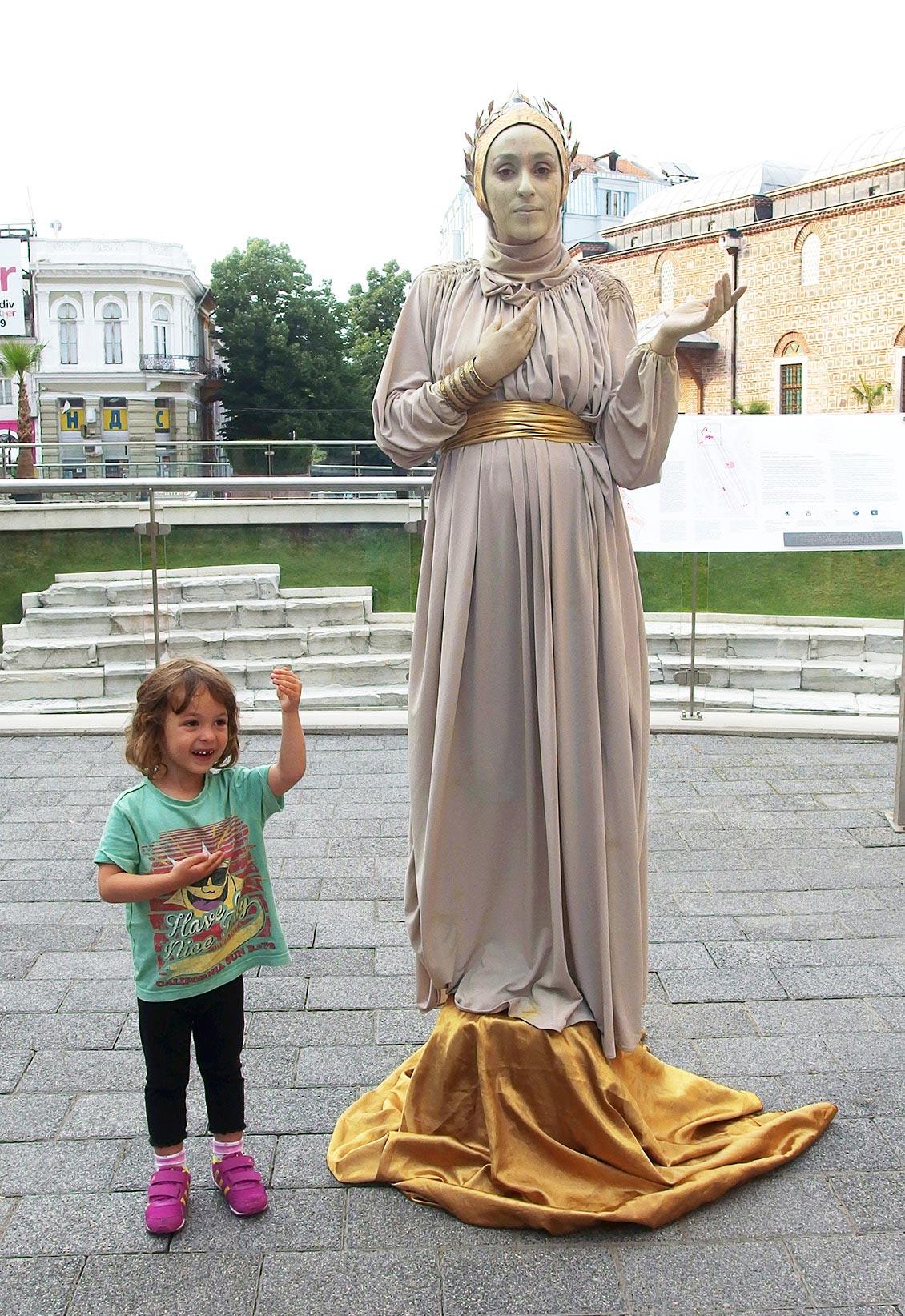 Статуя, Пловдив, Главната