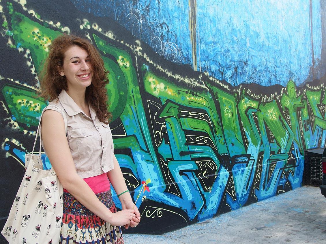 Усмихнато момиче, графит