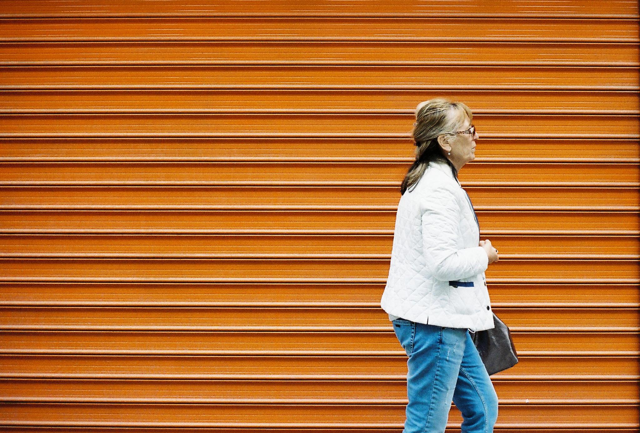 пловдив-улица-жена-оранжево