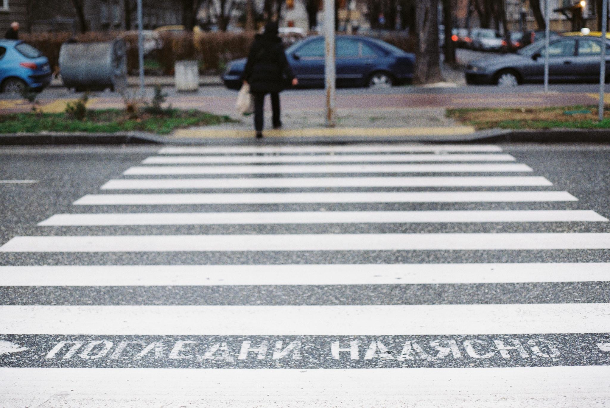 пловдив-улица-пешеходна-пътека-дъжд
