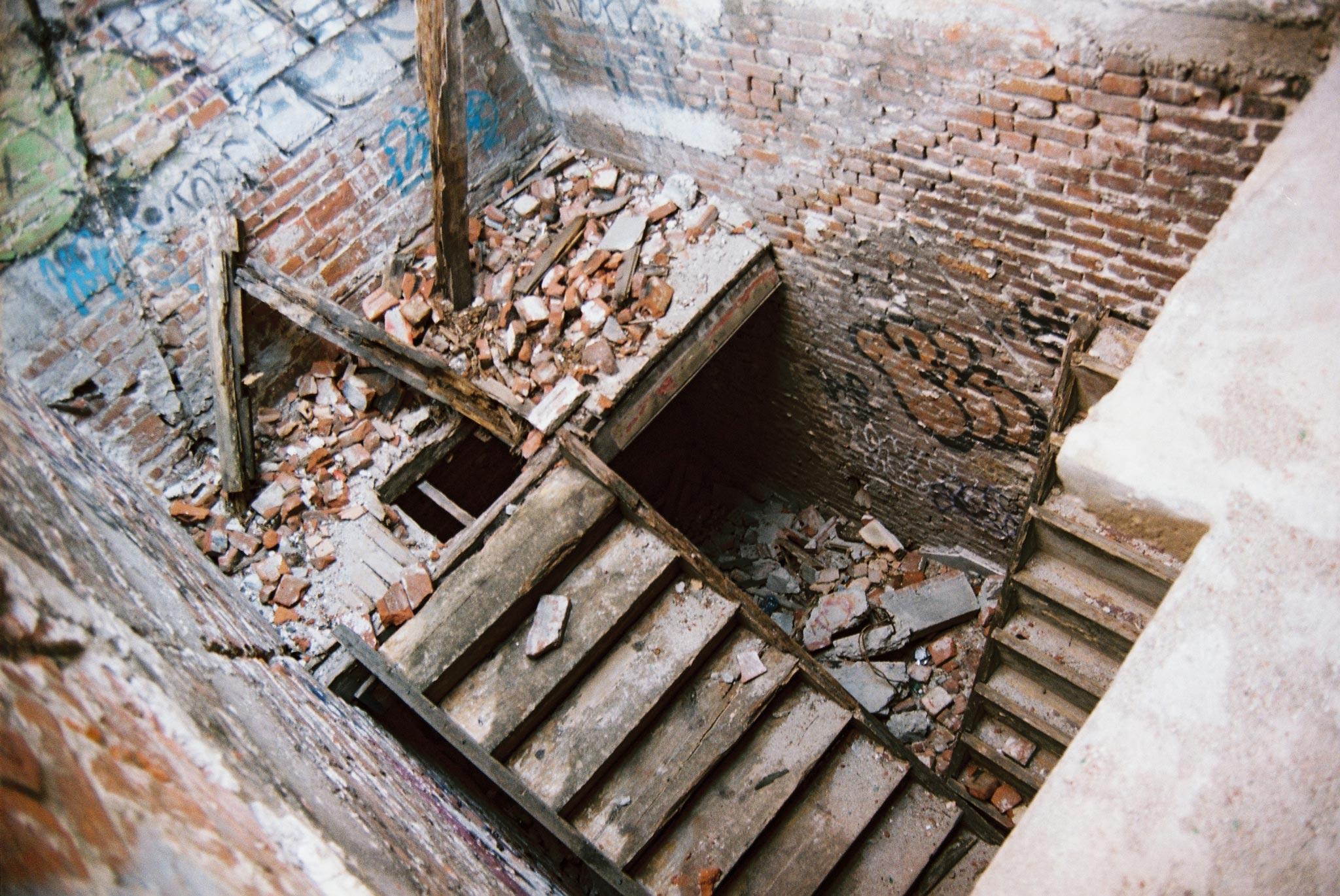 plovdiv-street-fotografia-sgrada-stara-arhitektura-razrushena